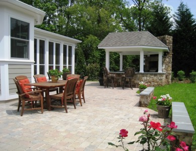 Paver patio with outdoor bar and grill and seating wall in Falls Church.