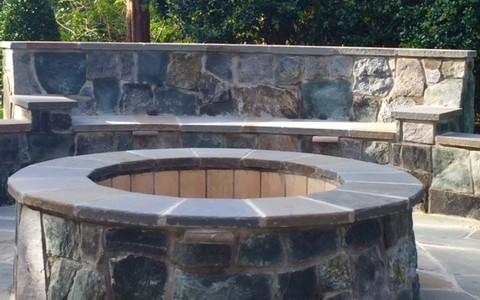 Flagstone patio with built-in fire pit, seating and wall with lighting for entertainment day and night – McLean, VA